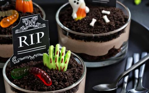 Pull Off A Sophisticated Look With These Halloween Decoration Ideas halloween decoration ideas Pull Off A Sophisticated Look With These Halloween Decoration Ideas Brownie Dirt Pudding Picture 480x300