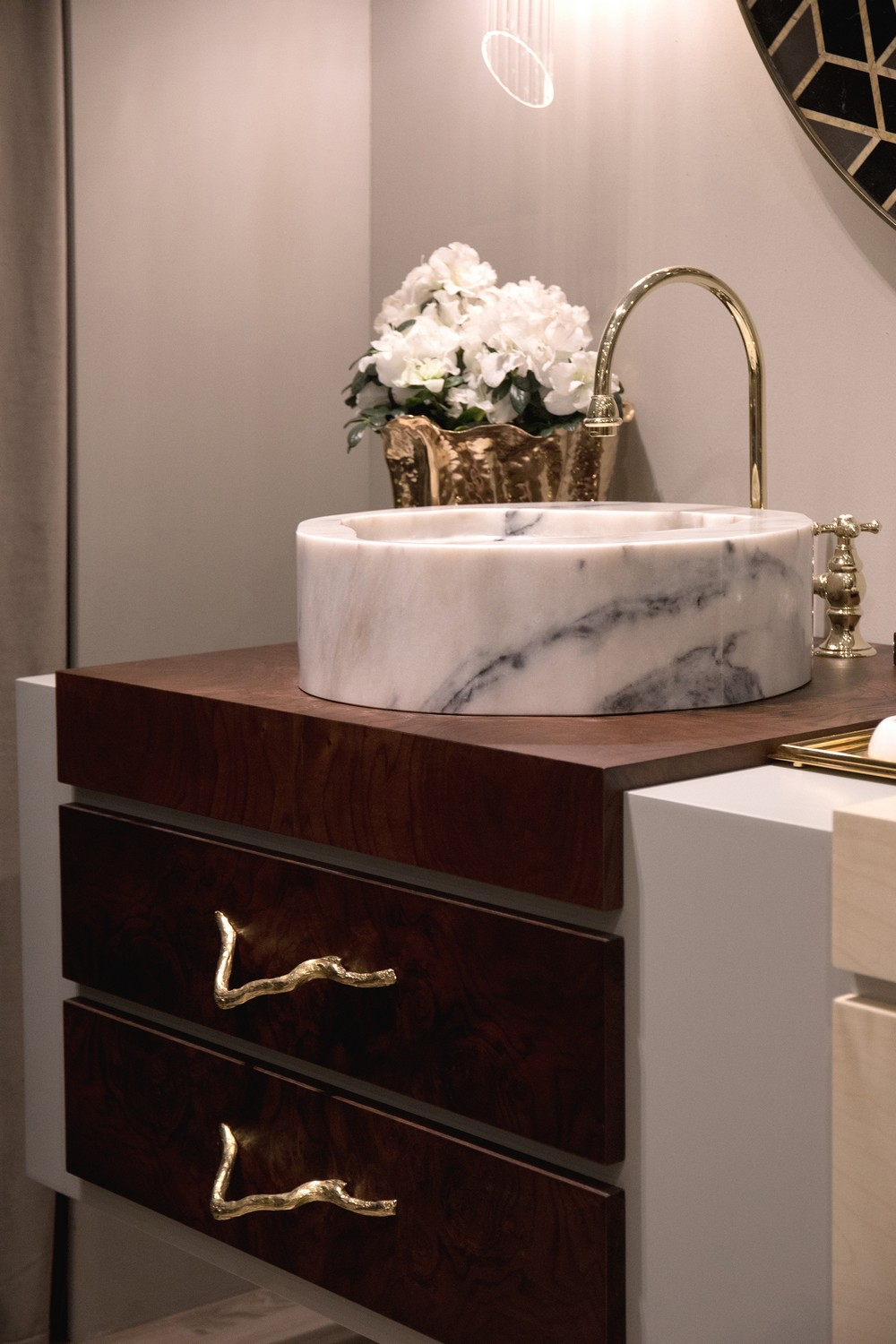 Luxury Bathrooms How to Adorn Your Cabinetry with Decorative Hardware luxury bathrooms Luxury Bathrooms: How to Adorn Your Cabinetry with Decorative Hardware Luxury Bathrooms How to Adorn Your Cabinetry with Decorative Hardware