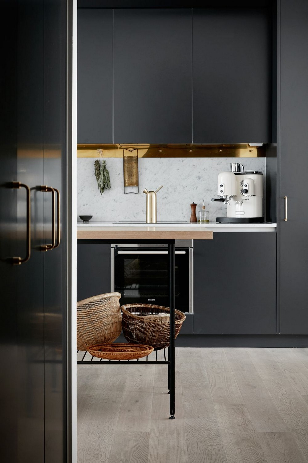 Fashion Your Luxury Kitchen with These Astounding Cabinet Paint Colors 4 luxury kitchen Fashion Your Luxury Kitchen with These Astounding Cabinet Paint Colors Fashion Your Luxury Kitchen with These Astounding Cabinet Paint Colors 4